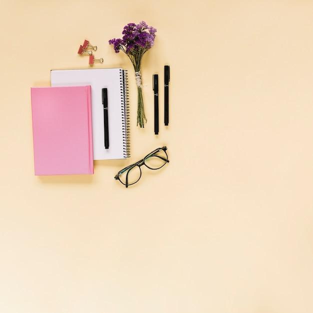 Lavendel bündel; filzstifte; bulldogge büroklammern; brillen und notizbücher auf beige hintergrund Kostenlose Fotos