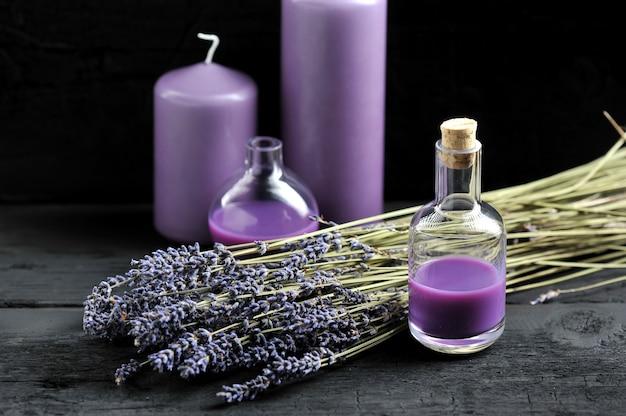 Lavendel, lavendelöl und lila kerzen Premium Fotos