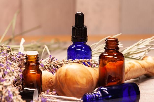 Lavendel mörser und pistill und flaschen ätherische öle für die aromatherapie Premium Fotos