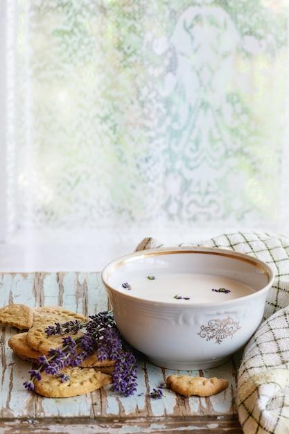 Lavendelplätzchen mit milch Premium Fotos