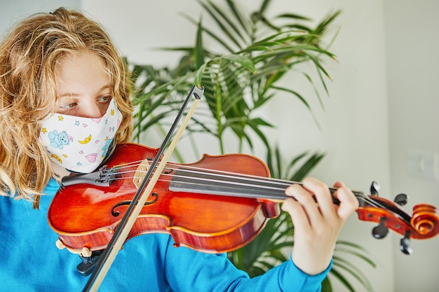 Leben im quarantäne-coronavirus: spiele und aktivitäten für die kinder zu hause während der quarantäne-covid-19 Premium Fotos