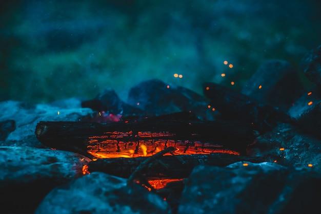 Lebendig schwelendes brennholz brannte in feuernahaufnahme Premium Fotos