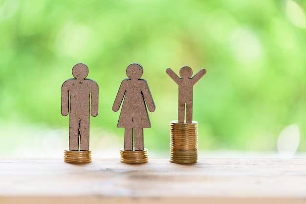 Lebenserfolgskonzept, männlicher miniaturstand auf goldenen stapelmünzen Premium Fotos
