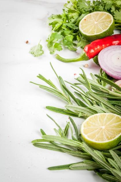 Lebensmittel, das hintergrund mit gewürzen, kräuter kocht Premium Fotos