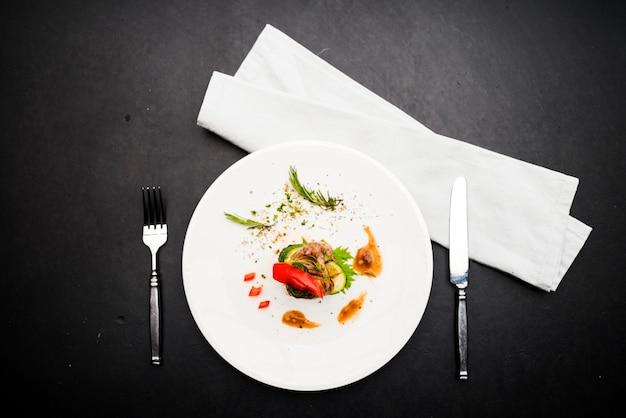 Lebensmittel, das steak auf weißer platte anredet Kostenlose Fotos