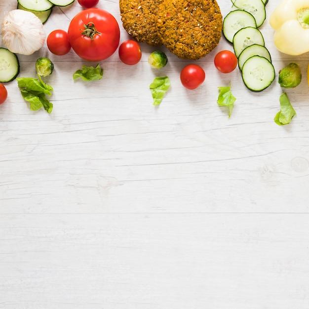 Lebensmittel des strengen vegetariers auf weißem hintergrund mit kopienraum Kostenlose Fotos