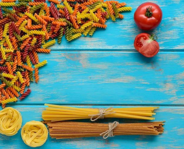 Lebensmittel, makkaroni, pasta, spaghetti. komposition aus nudeln, die als hintergrund verwendet werden können Premium Fotos
