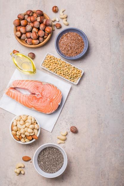Lebensmittel mit hohem fettsäuregehalt, einschließlich gemüse, meeresfrüchten, nüssen und samen Premium Fotos