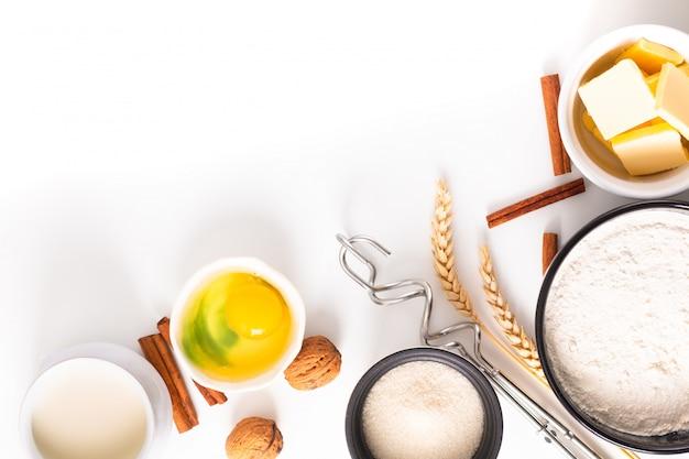 Lebensmittelbackkonzept-bäckereivorbereitung und -bestandteile für machen brotteig auf weiß Premium Fotos