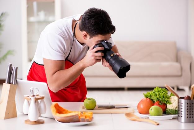 Lebensmittelblogger, der in der küche arbeitet Premium Fotos