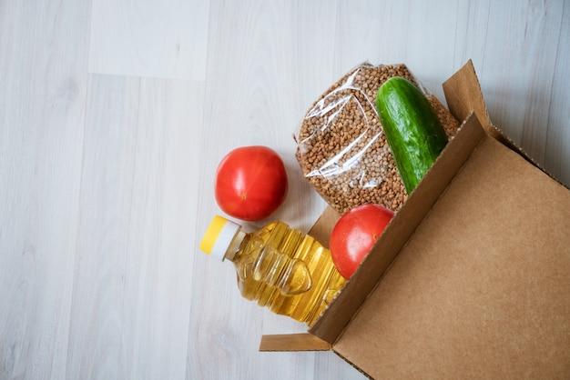Lebensmittelbox auf einem hölzernen hintergrund Kostenlose Fotos