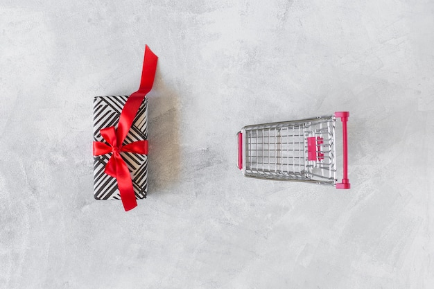 Lebensmittelgeschäftwarenkorb mit geschenkbox auf tabelle Kostenlose Fotos