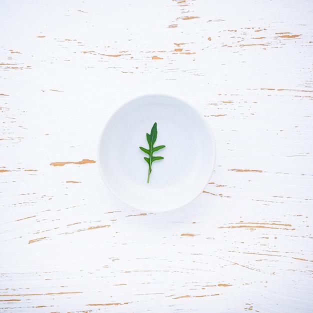 Lebensmittelhintergrund und salatkonzept mit wilder raketenebenenlage Premium Fotos