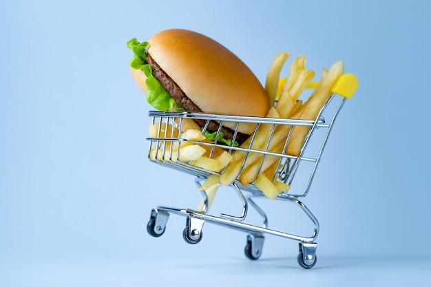 Lebensmittelkonzept. pommes und hamburger als snack. fast-food-sucht. Premium Fotos