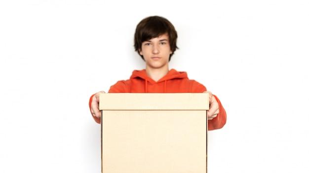 Lebensmittellieferservice. mann in rosa kleidung hält eine schachtel. Premium Fotos