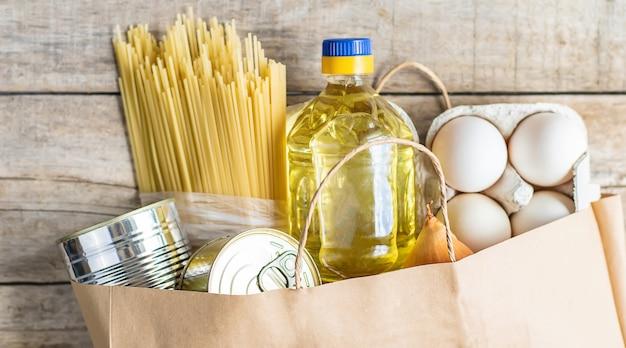 Lebensmittellieferung nach hause. spende und wohltätigkeit. Premium Fotos
