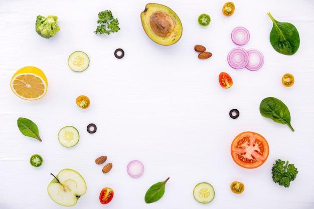 Lebensmittelmuster mit rohen bestandteilen der salatebene legen auf weißes hölzernes. Premium Fotos