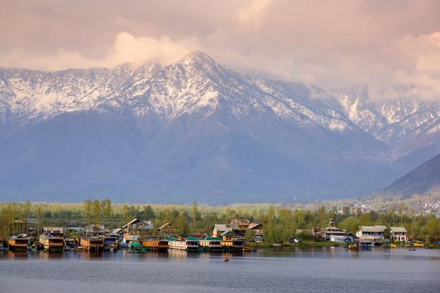 Lebensstil in dal see, hausboot entlang dem dal see und gebirgshintergrund Premium Fotos