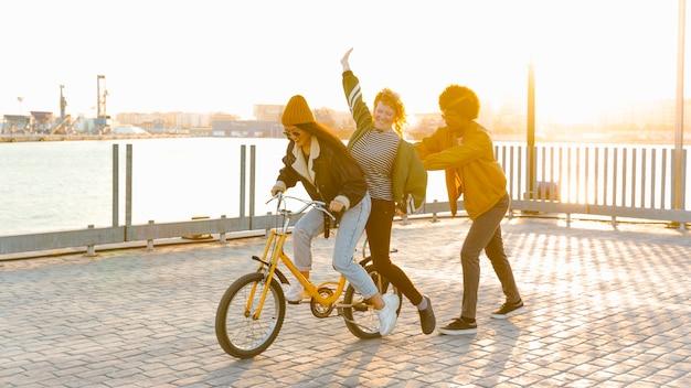Lebensstil von jungen freunden draußen Kostenlose Fotos