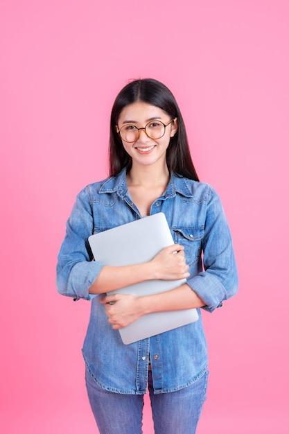 Lebensstilgeschäftsleute, die laptop-computer auf rosa verwenden Kostenlose Fotos