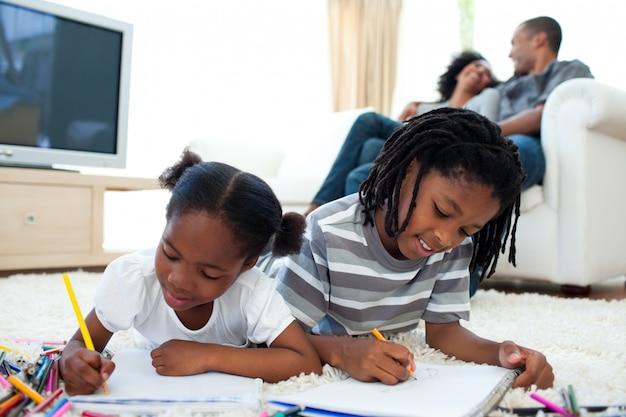 Lebhafte kinderzeichnung, die auf dem boden liegt Premium Fotos