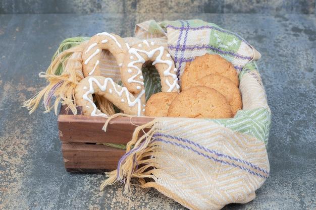 Lebkuchen und kekse im holzkorb. hochwertiges foto Kostenlose Fotos