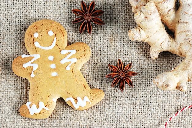 Lebkuchenmann mit dem symbol des weihnachten mit ingwer und anis Premium Fotos