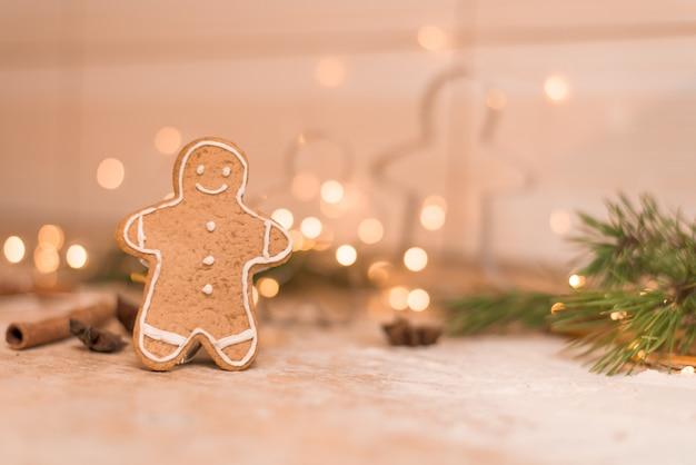 Lebkuchenmannplätzchen für weihnachtsfeiertag. der prozess der herstellung von ingwerplätzchen mit honig Premium Fotos