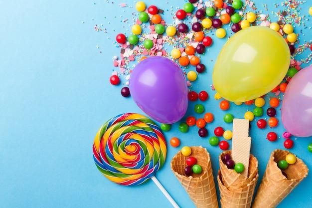 Leckere appetitliche party-accessoires auf hellem blauem hintergrund Kostenlose Fotos