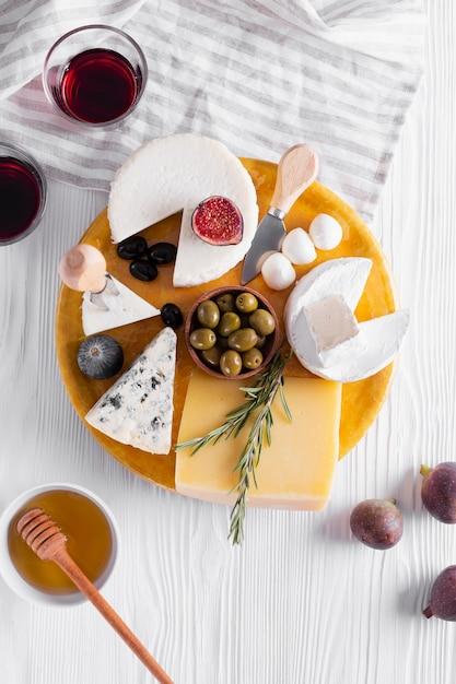 Leckere auswahl an snacks auf einem tisch Kostenlose Fotos