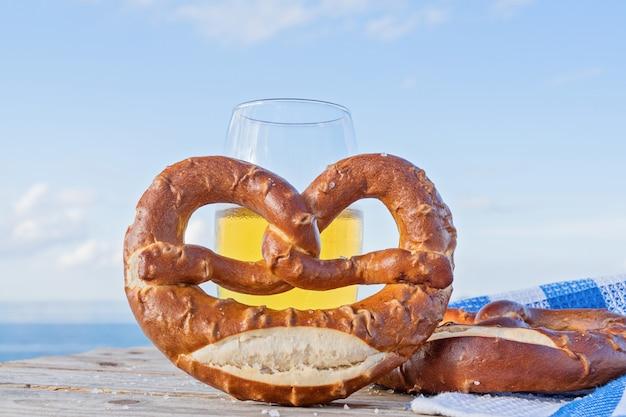 Leckere brezel mit salz, deutsches essen Premium Fotos