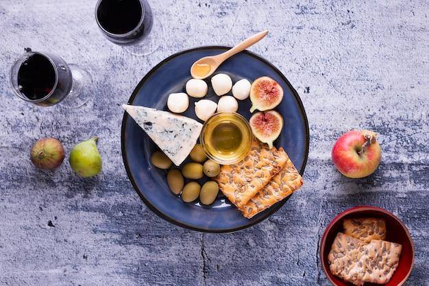 Leckere brie und snacks auf einem tisch Kostenlose Fotos