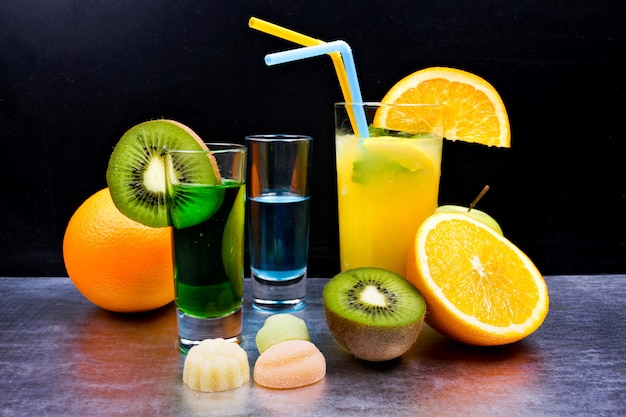 Leckere cocktails auf dem tisch Kostenlose Fotos