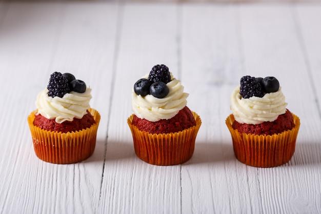 Leckere cupcakes aus rotem samt. Premium Fotos