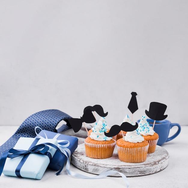 Leckere cupcakes zum vatertag und geschenke Kostenlose Fotos