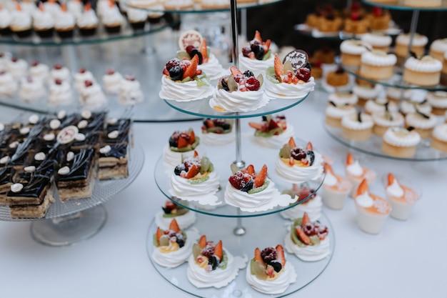 Leckere desserts, kuchen und gebäck am süßen hochzeitsbuffet Kostenlose Fotos
