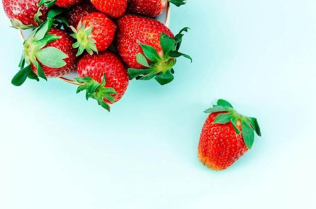 Leckere erdbeeren auf buntem hintergrund Kostenlose Fotos