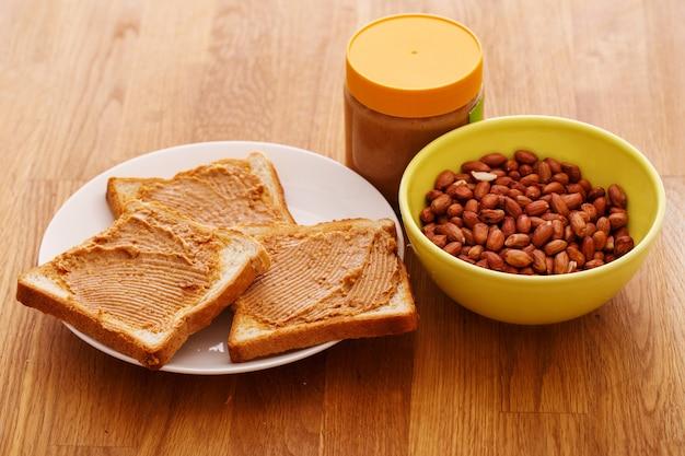 Leckere erdnussbutter auf einem toast Kostenlose Fotos