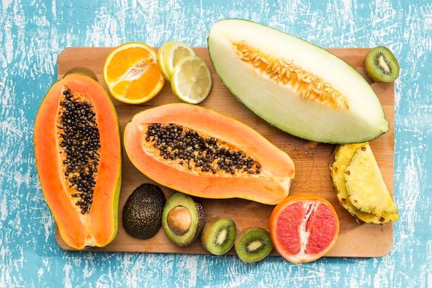 Leckere exotische früchte auf holzbrett Kostenlose Fotos