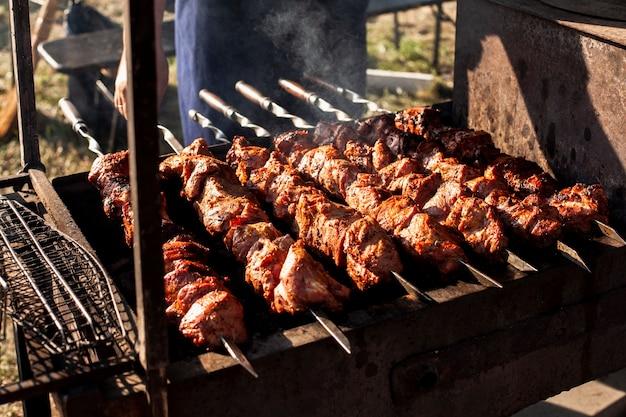 Leckere fleischspieße auf dem grill Kostenlose Fotos