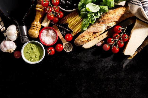 Leckere frische appetitlich italienische lebensmittel zutaten auf dunklem hintergrund. bereit zum kochen home italienisch gesundes essen kochen konzept. toning Kostenlose Fotos