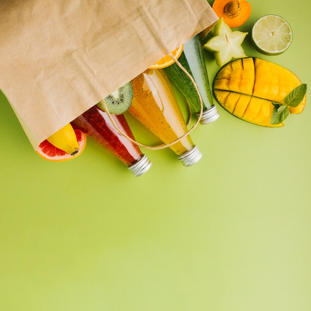 Leckere früchte und säfte in papiertüte copyspace Kostenlose Fotos