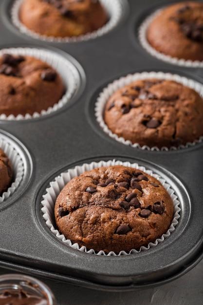 Leckere gebackene muffins in einem tablett Premium Fotos