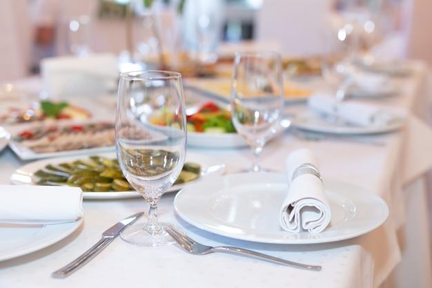 Leckere gerichte auf einem weißen banketttisch in einem luxusrestaurant. Premium Fotos