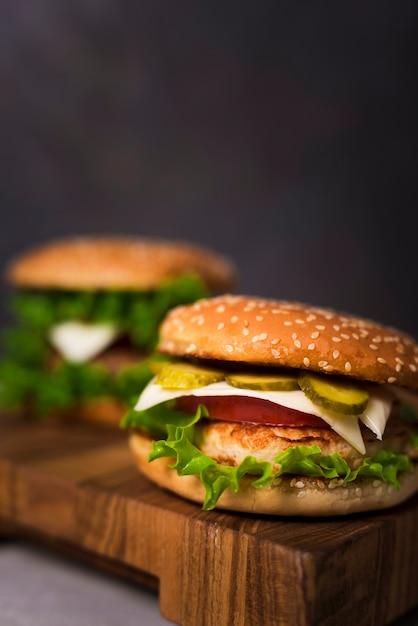 Leckere hamburger der nahaufnahme mit kopfsalat Kostenlose Fotos