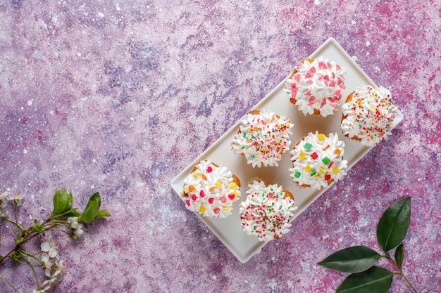 Leckere hausgemachte cupcakes mit verschiedenen streuseln Kostenlose Fotos