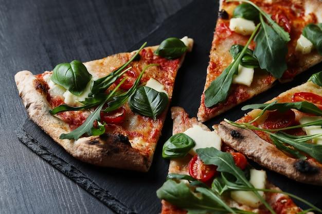 Leckere hausgemachte traditionelle pizza, italienisches rezept Kostenlose Fotos
