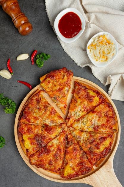 Leckere hawaiianische pizza und kochzutaten. Kostenlose Fotos