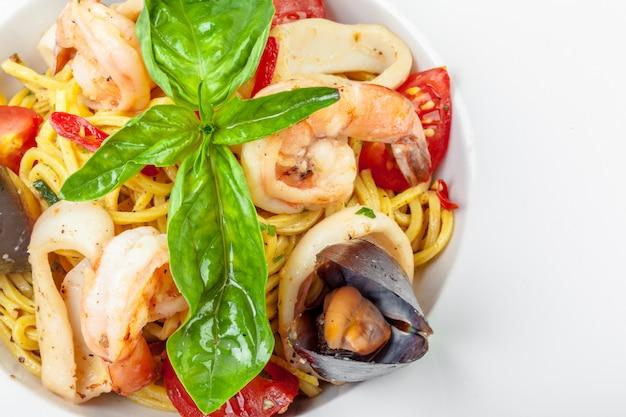 Leckere italienische pasta mit meeresfrüchten Premium Fotos
