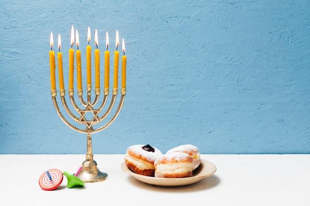 Leckere jüdische süßigkeiten mit menora Kostenlose Fotos